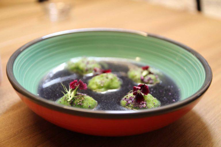 Ravioli verdi ripieni di Ricciola in brodo di cavolo rosso